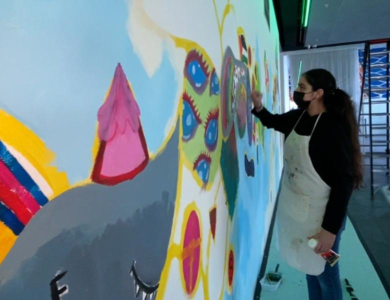 Almeerse scholieren maken enorme muurschildering; 'leuker dan Zoomlessen'